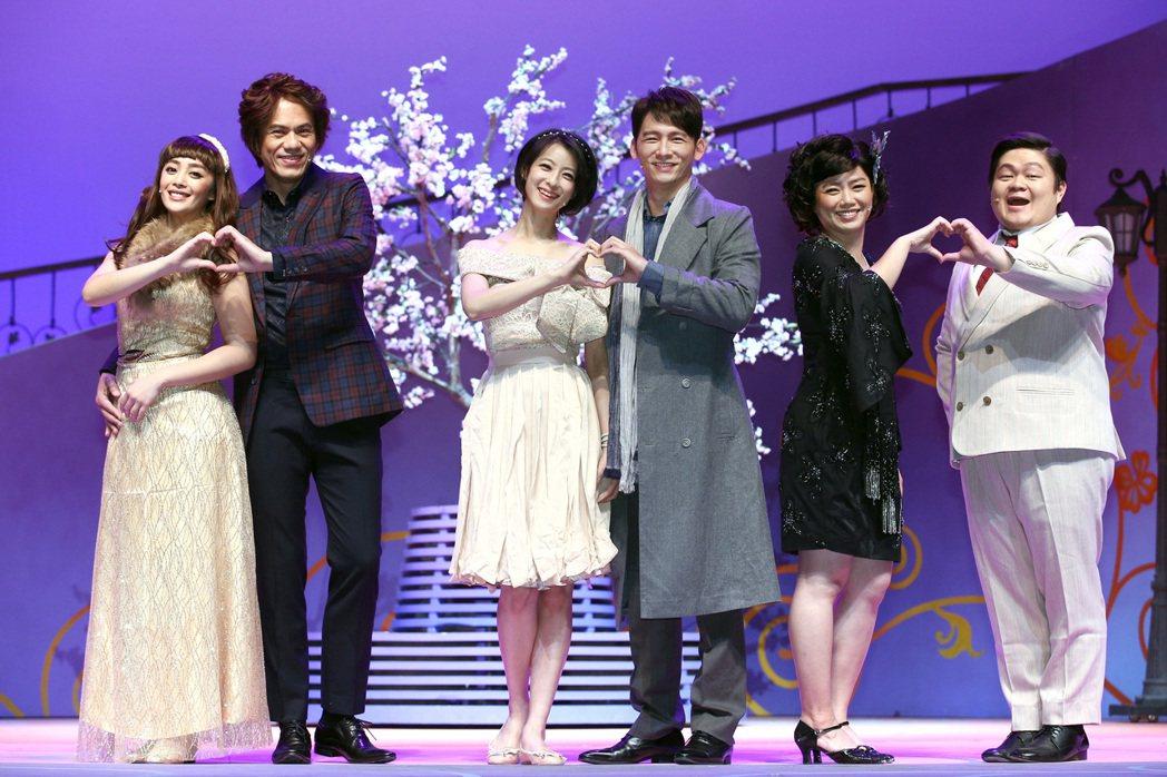 舞思愛(左起)、凱爾、賴雅妍、溫昇豪、嚴藝文與林玟圻Ctwo演出的「瘋狂偶像劇」...