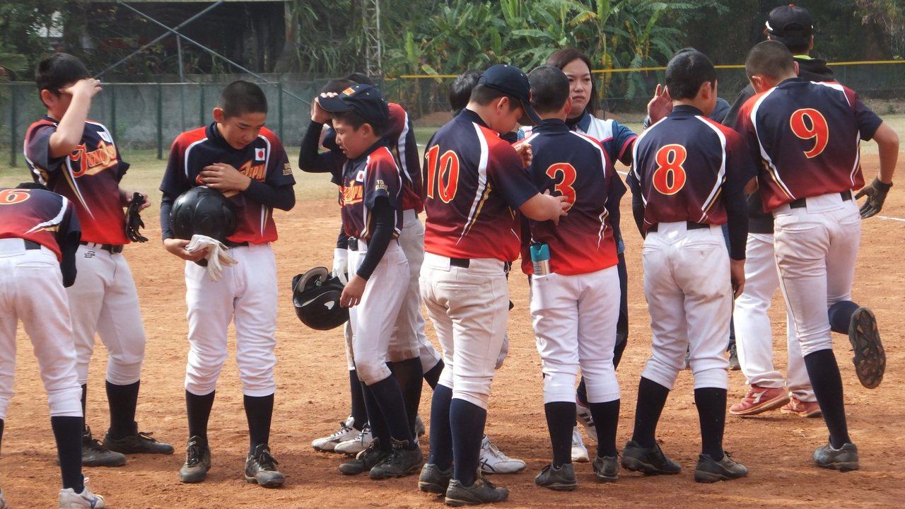 日本東北隊小朋友淚流滿面,讓一旁北勢國小球員的家長看了也不捨。記者藍宗標/攝影