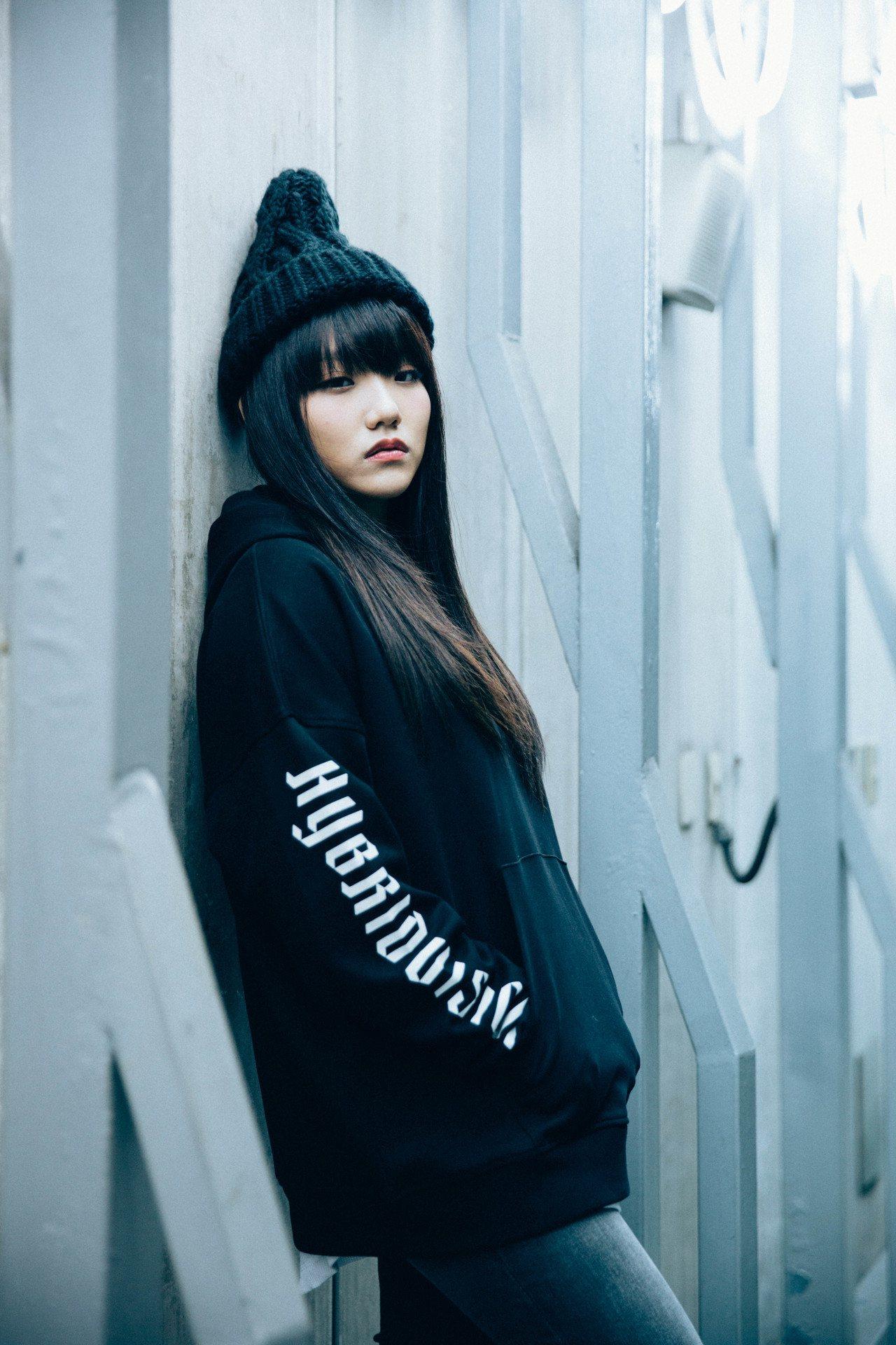 安那ANNA示範GU「HYBRID TOKYO」系列的男裝女穿。圖/GU提供
