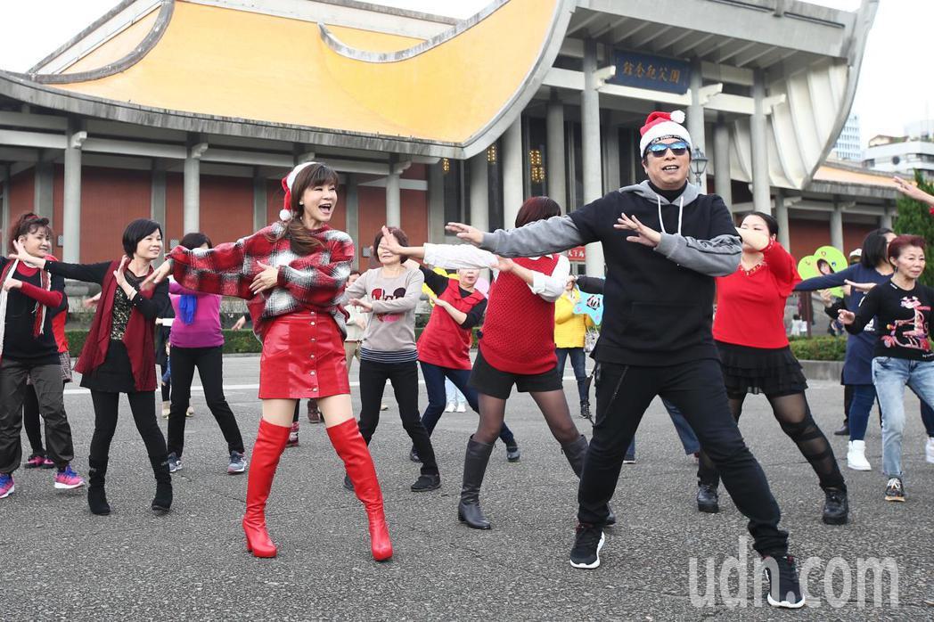 龍千玉(左)與曹西平(右)下午舉行最新台語專輯「天生自然」記者會,兩人一起跳舞為
