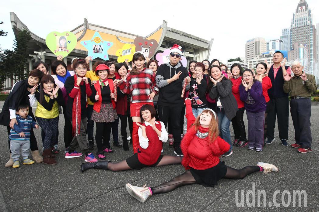 龍千玉(中左)與曹西平(中右)下午舉行最新台語專輯「天生自然」記者會,兩人一起跳...
