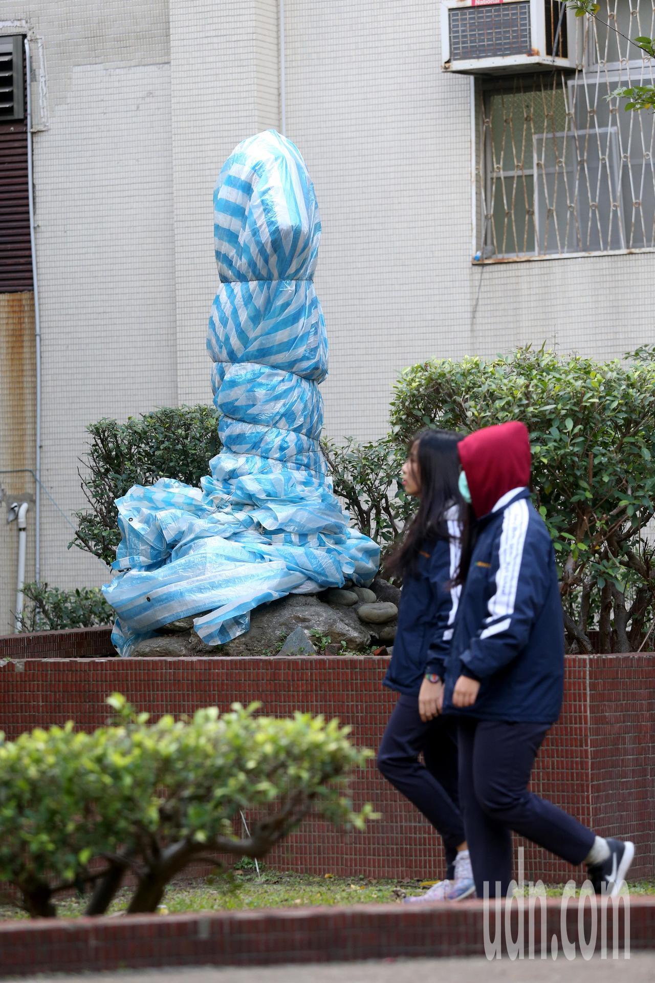 台北市北投區中正高中矗立在校園超過40年歷史的蔣公銅像,今天遭人用工具砍斷頭部,...