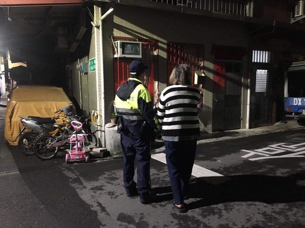 員警熱心帶郭婦在迷路地點四處詢問附近住戶。記者陳雕文/翻攝