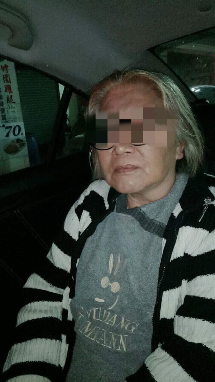 失智的郭婦在巡邏車上頻頻向警察道謝。記者陳雕文/翻攝