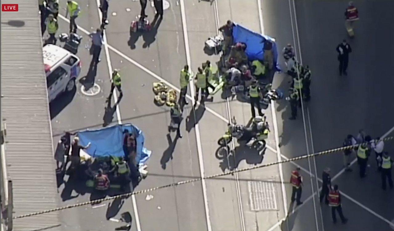 澳洲墨爾本汽車撞人現場空拍圖,警方及緊急救護團隊在場替傷患急救。美聯社