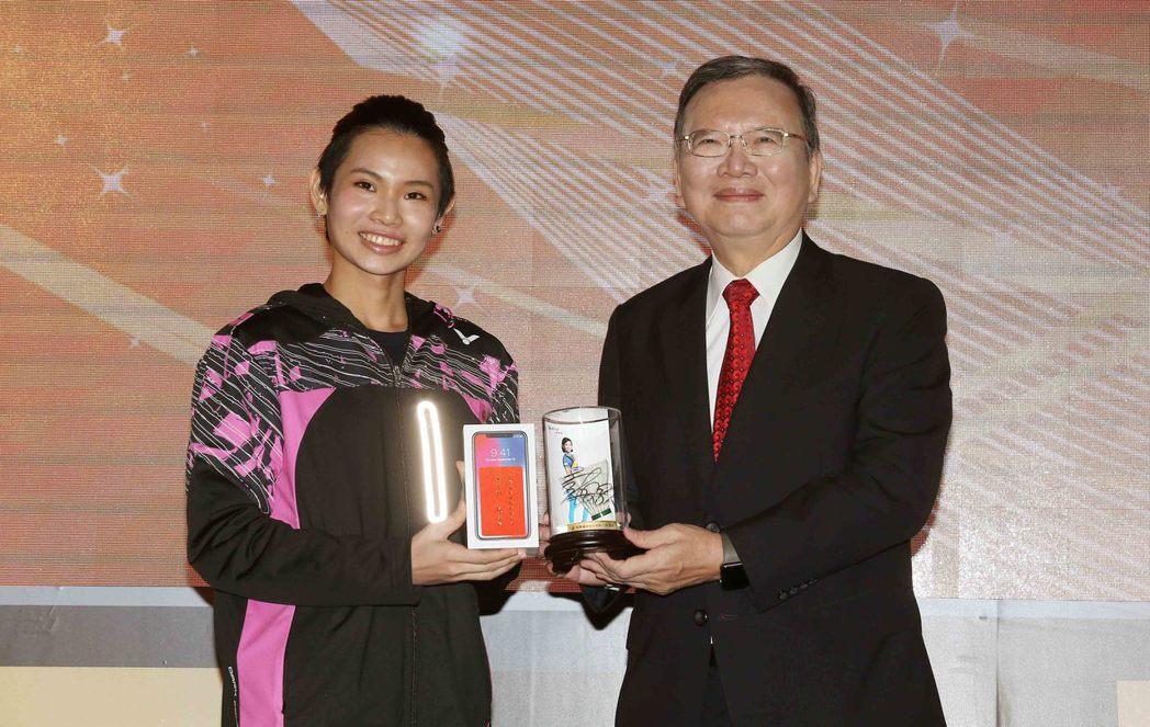中華電信為MOD送上國際漫遊服務與智慧手機給戴資穎,讓她出國比賽也能順暢打電話、...