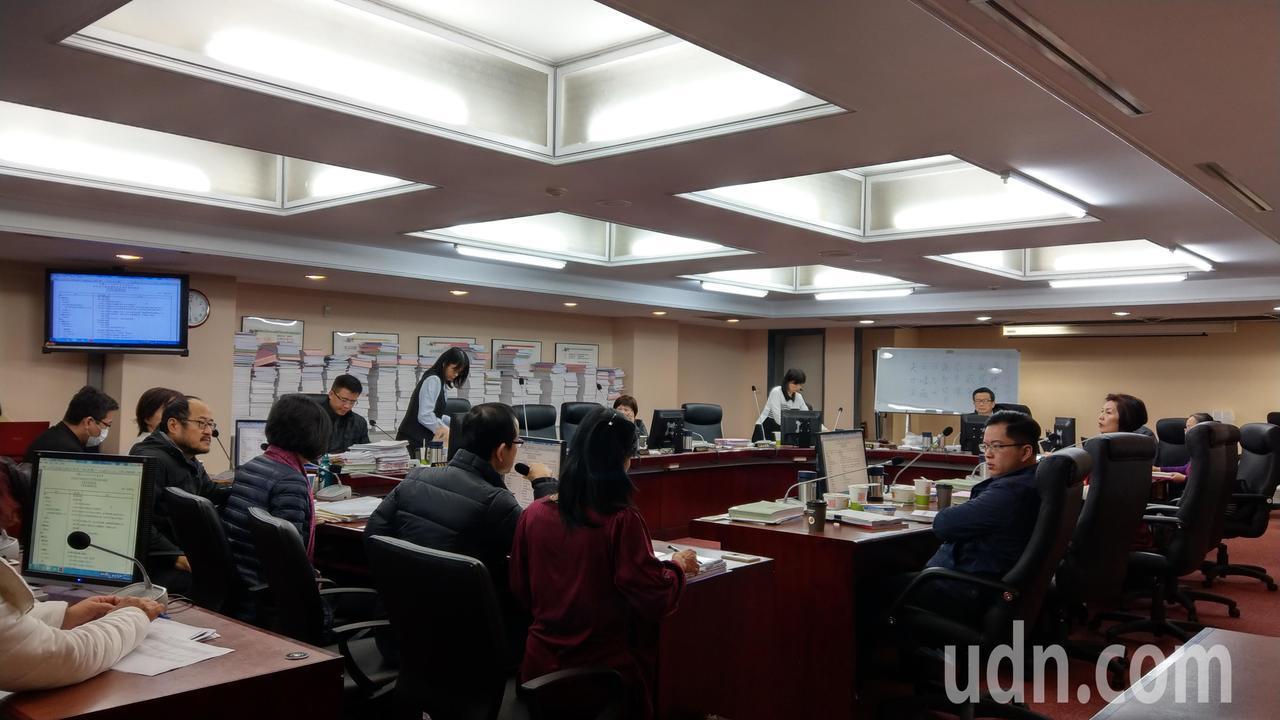 台北市議會教育委員會下午審查台北市文化基金會預算,一年總預算6.4億,其中人事費...