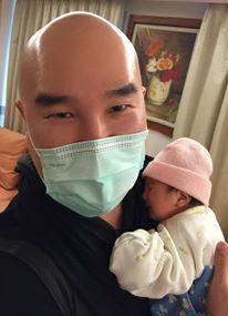 辛龍手上抱的女兒霓霓如今已經快2歲了。圖/辛龍臉書