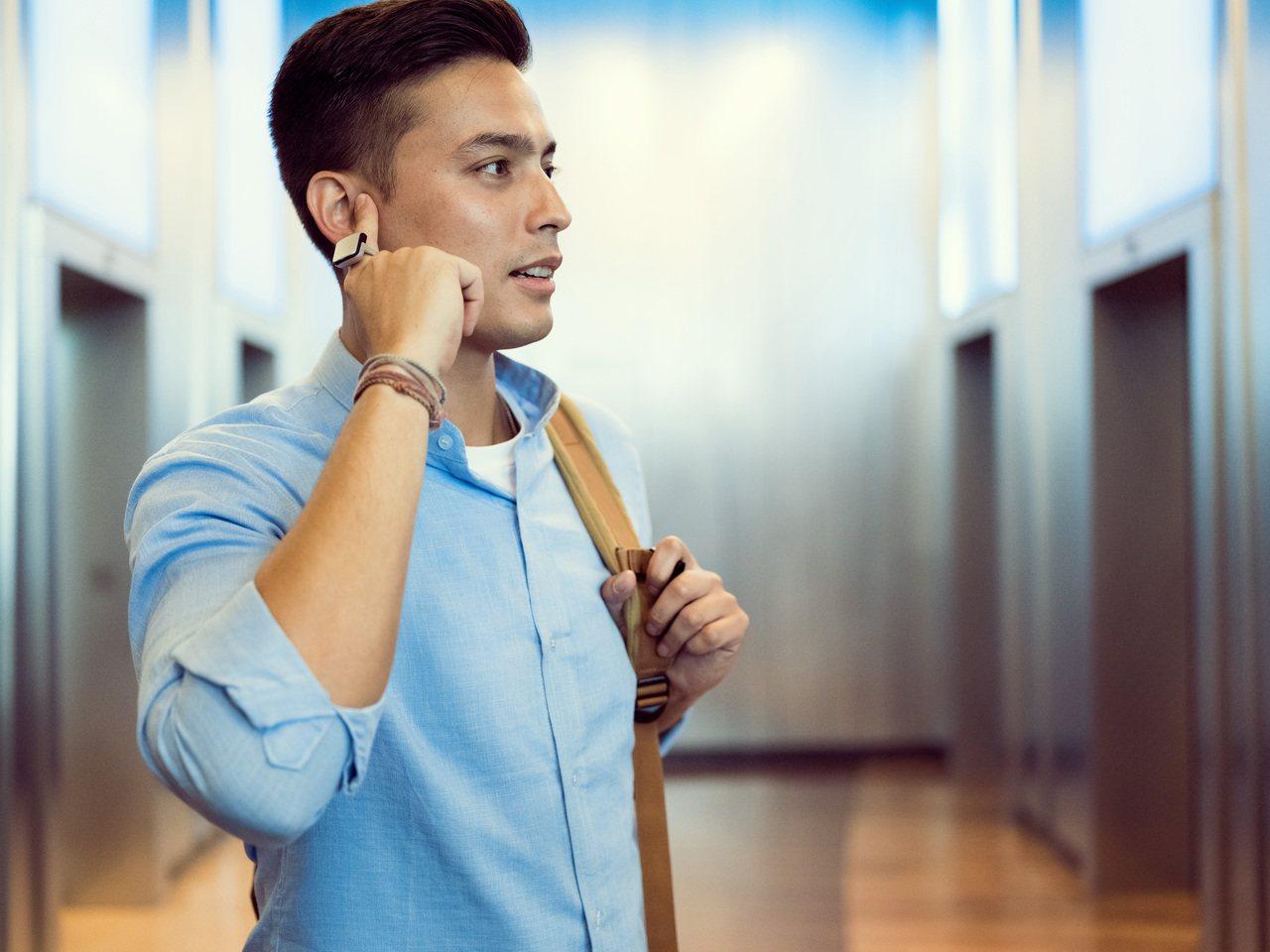 結合骨傳導技術的智慧戒指「ORII」登台集資預購,將戴著戒指的手指輕按在耳邊就可...