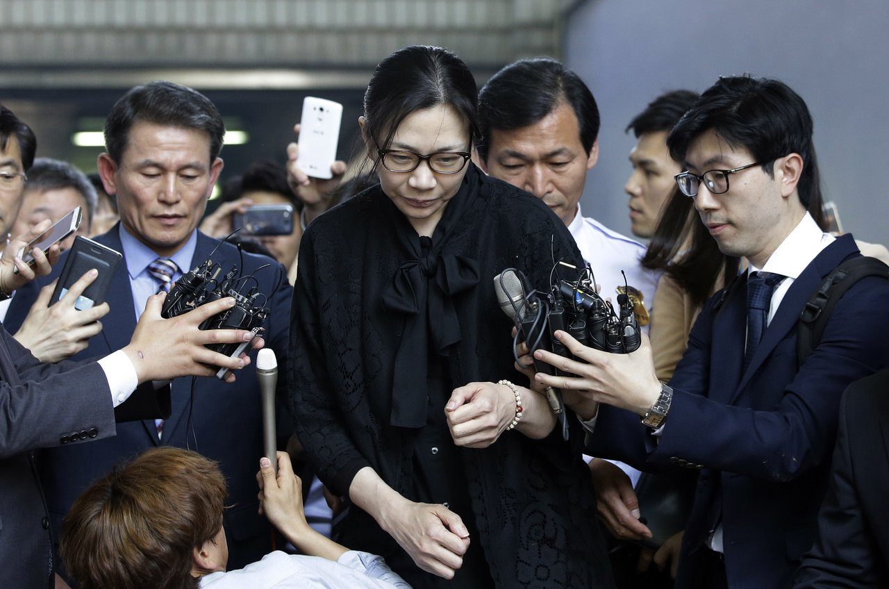 趙顯娥2015年5月22日獲釋時步出法庭,面對媒體詢問不發一語。美聯社