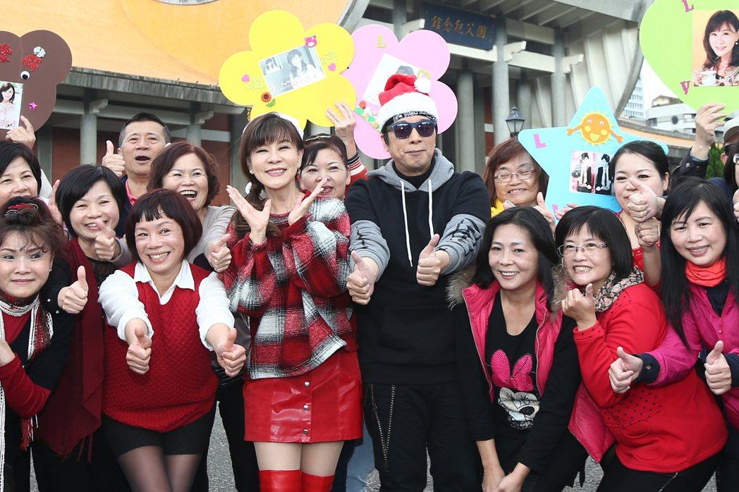 龍千玉(中左)與曹西平(中右)下午舉行最新台語專輯「天生自然」記者會。記者蘇健忠...