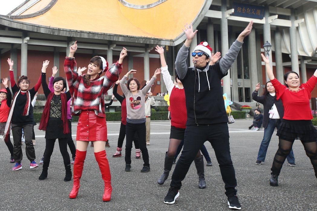 龍千玉(左)與曹西平(右)下午舉行最新台語專輯「天生自然」記者會,兩人一起跳舞為...