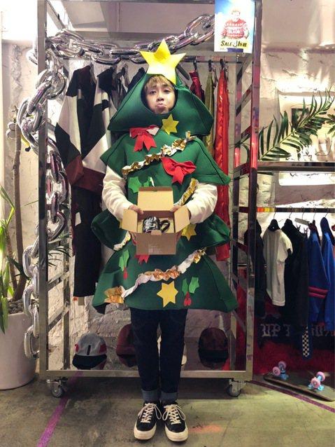 耶誕將至,鼓鼓扮成耶誕老公公,在陰風冷雨的冬夜裡,大玩「30分鐘交換耶誕禮物」任務,最後得到的好禮將送給歌迷,他特別準備了在香港買的「腦杯」,還穿上耶誕樹裝,行走在東區街頭,引起路人側目。鼓鼓第一站...
