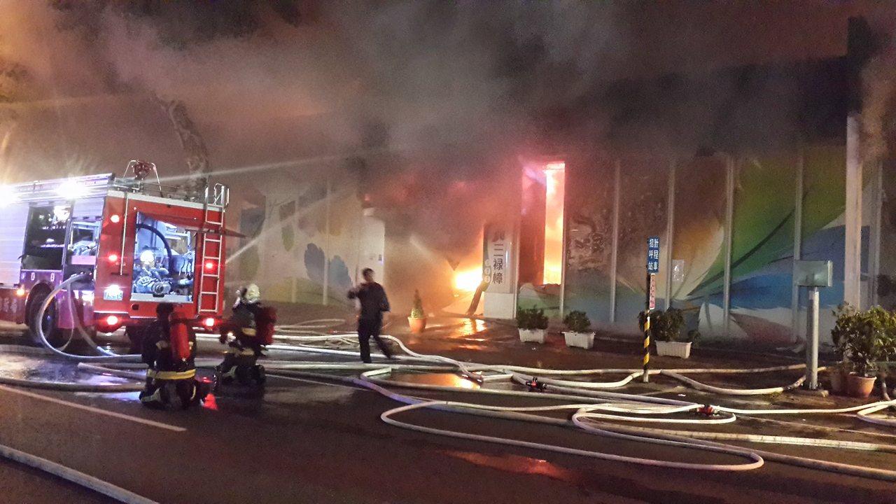 高雄市一家觀光工廠晚間大火。記者黄宣翰/攝影