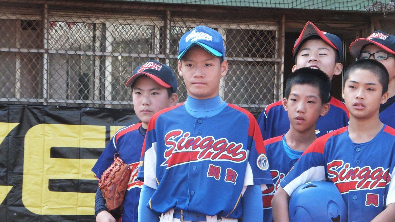 興穀少棒隊投手張趙紘(中),最崇拜的職棒球員是「大師兄」林智勝。記者藍宗標/攝影