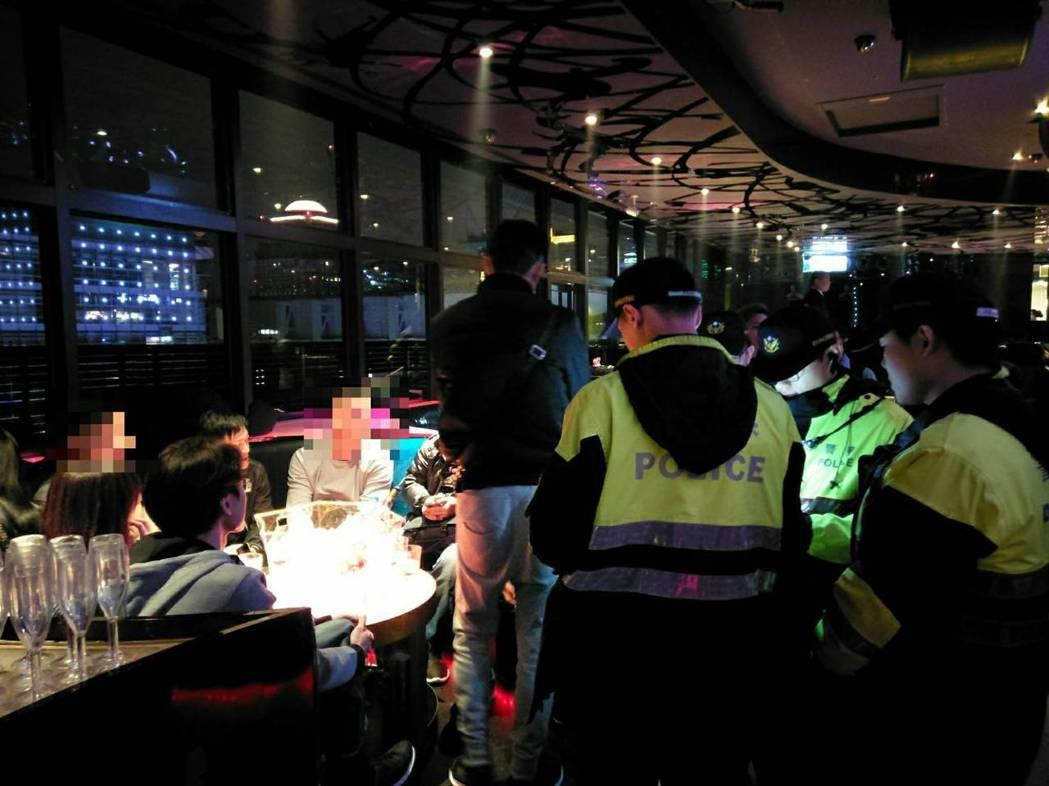聖誕節前夕,大批人潮湧入台北市信義商圈消費,警方鎖定夜店啟動擴大臨檢。圖/台北市...