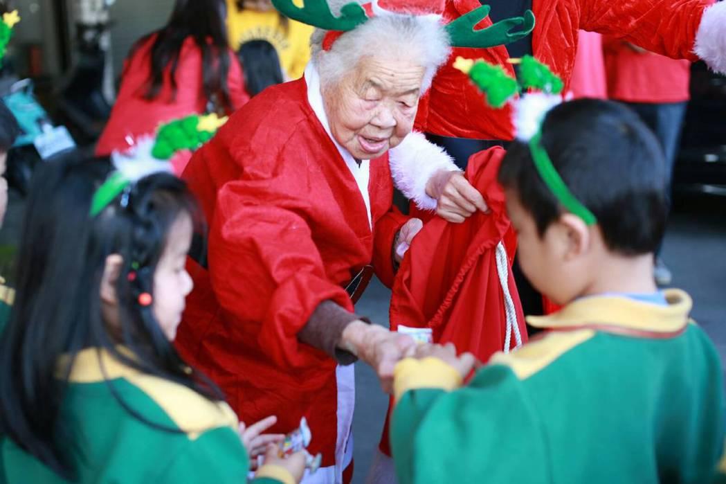 嘉義縣議長張明達母親,92歲阿嬤張林醋今天穿紅色聖誕裝,帶著2大袋糖果送給番路鄉...