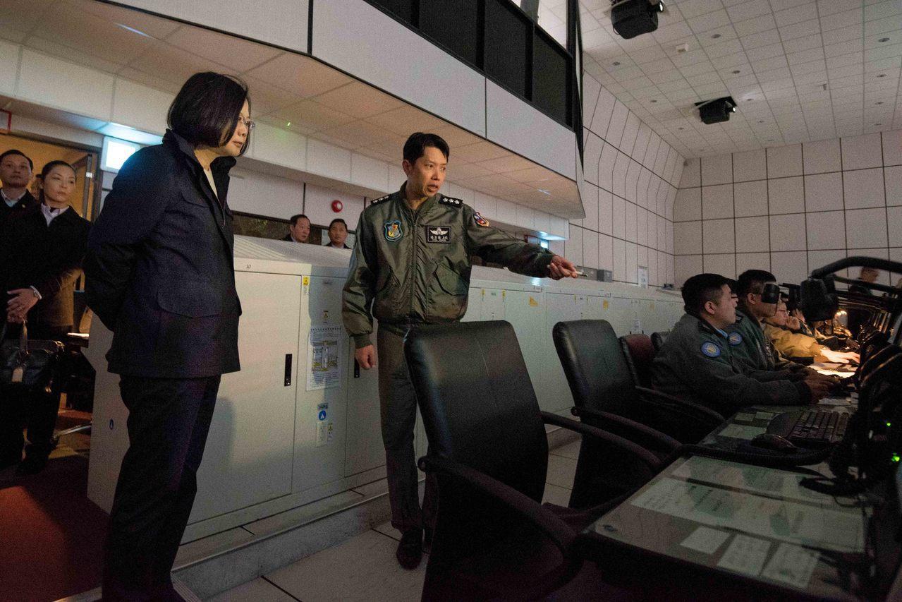 蔡總統視察空軍作戰指揮部,聽取戰情簡報。圖/總統府提供