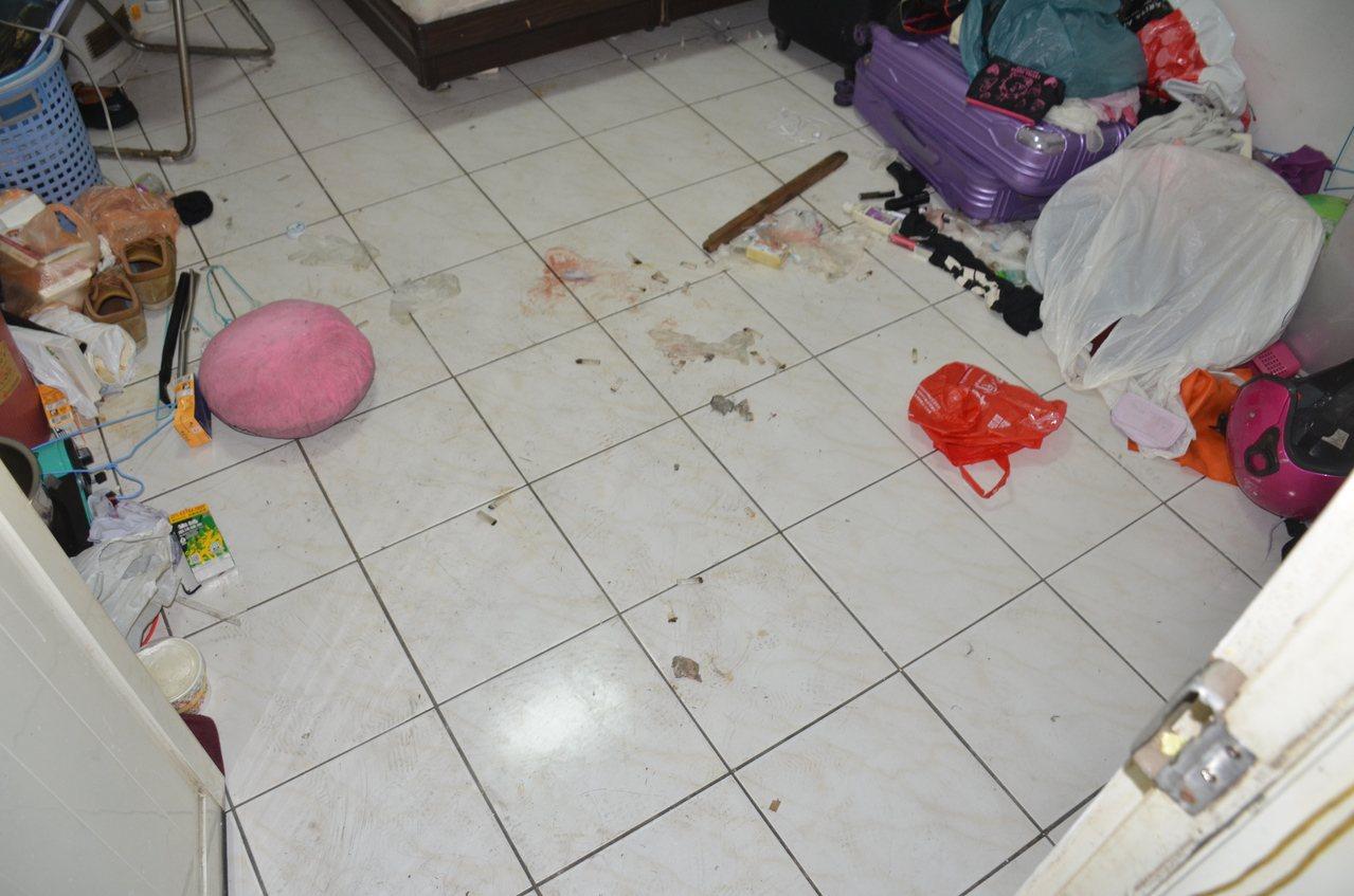 吳女被送往醫院院因顱內出血等傷重不治,現場地上有斑斑血跡。記者鄭國樑/翻攝