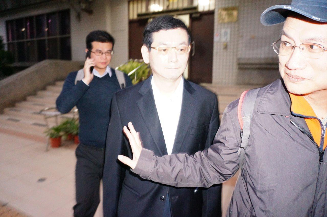 慶富前執行長簡良鑑(中)閃避鏡頭。記者林伯驊/攝影
