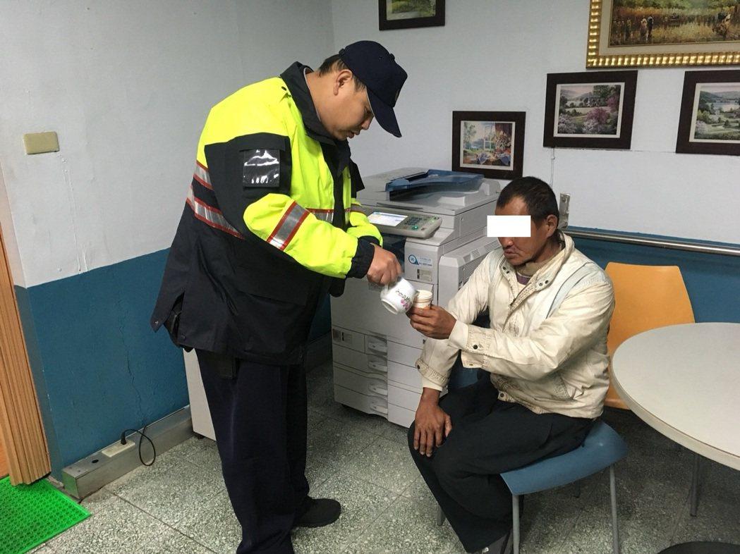 警方帶街友回派出所先倒杯熱茶取暖。記者鄭國樑/翻攝