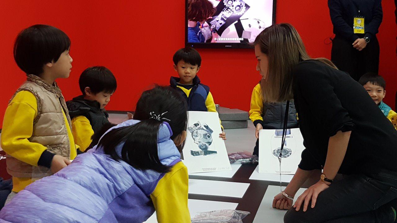 「猜猜我是誰 」工作坊讓學童利用現有素材,在白紙上發揮想像力,拼貼出自己的五官,...