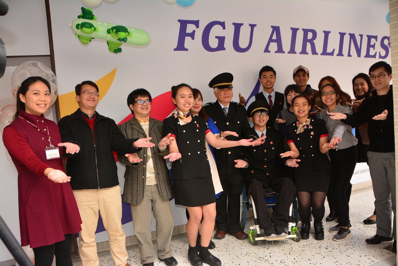 佛光大學最近設立「外語情境教學教室」,把機場和客機機艙搬進教室裡,盼能強化學生的...