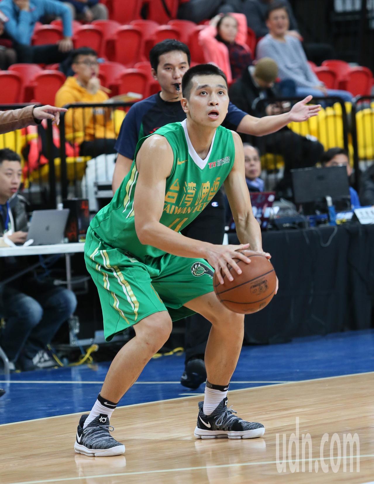 台灣啤酒黃聰翰靠三分球得全隊最高分17分。記者陳柏亨/攝影