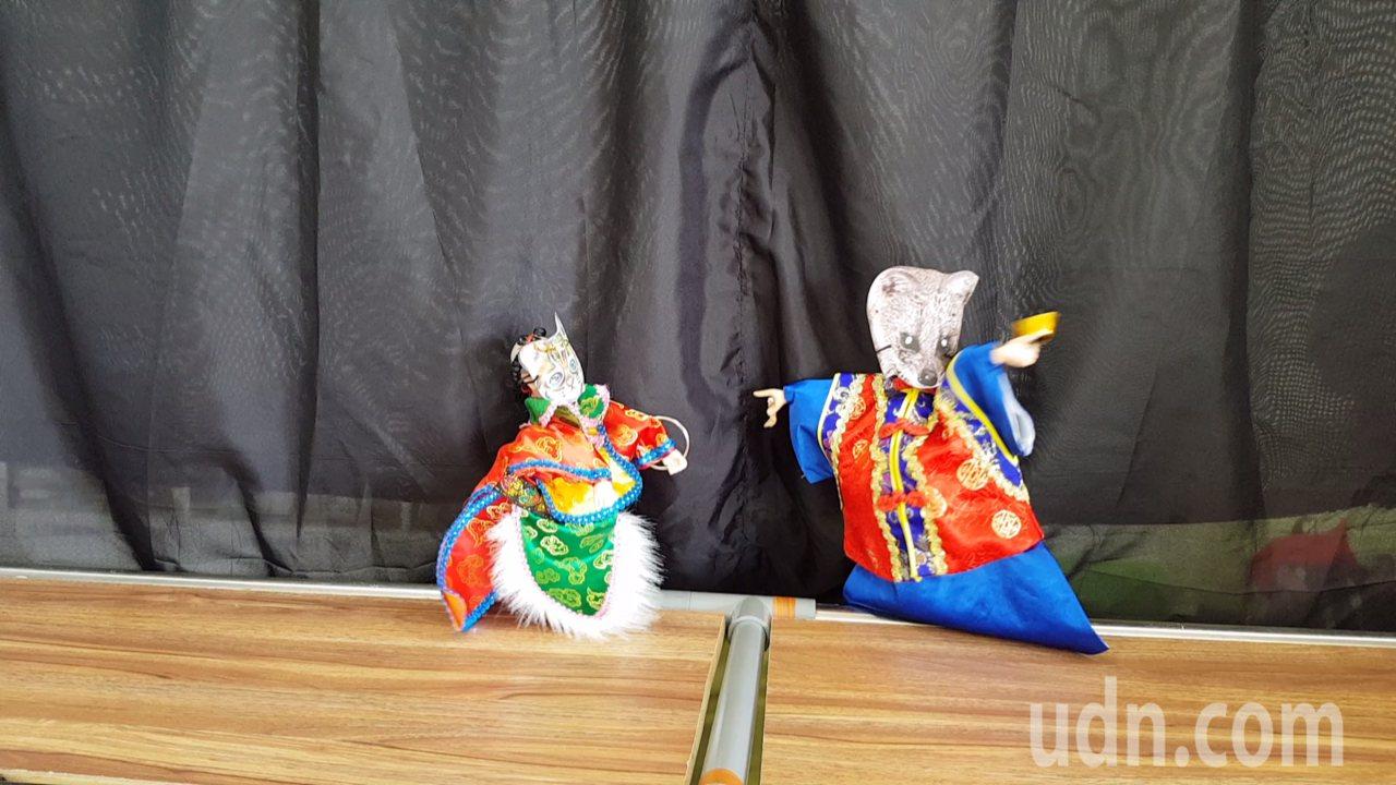 苗栗縣府明年將深入校園表演石虎偶劇團,宣導保育觀念。記者黃瑞典/攝影