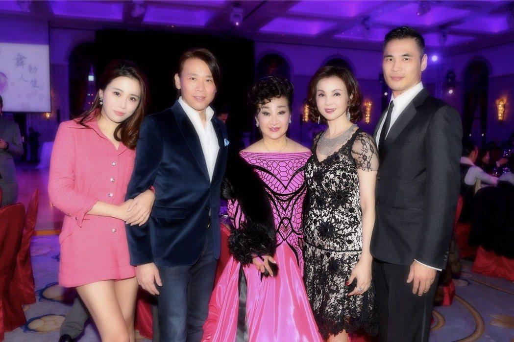 王復蓉(中)每年都會辦生日派對。圖/王復蓉提供