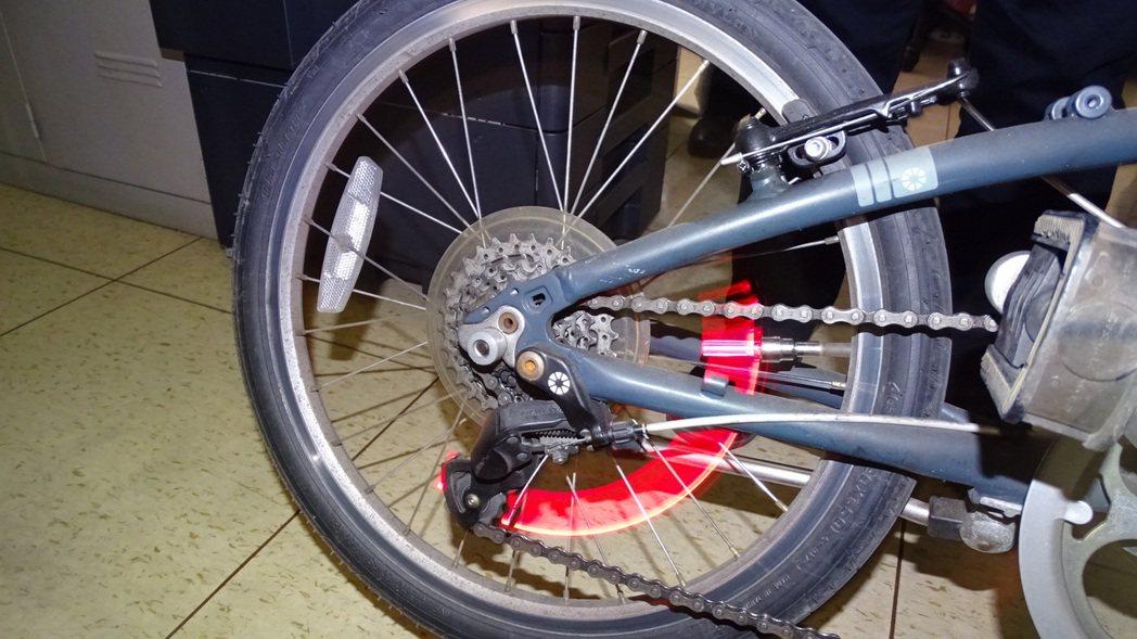 台南市政府警察局推動「火金姑」業務,最新引進裝設在單車風嘴上的「火金姑」,每支不...