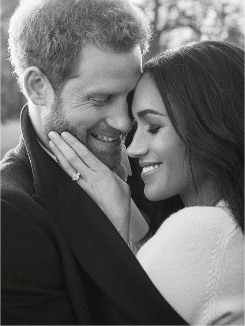 英國哈利王子和美國女星梅根馬可將在明年5月18日於溫莎堡舉行婚禮,兩人的官方訂婚照也出爐,準新娘梅根手上戴的訂婚戒指來自已逝的婆婆黛安娜的珍藏,上面鑲有波札納美鑽,相當吸睛。在黑白照片中梅根穿的毛衣...