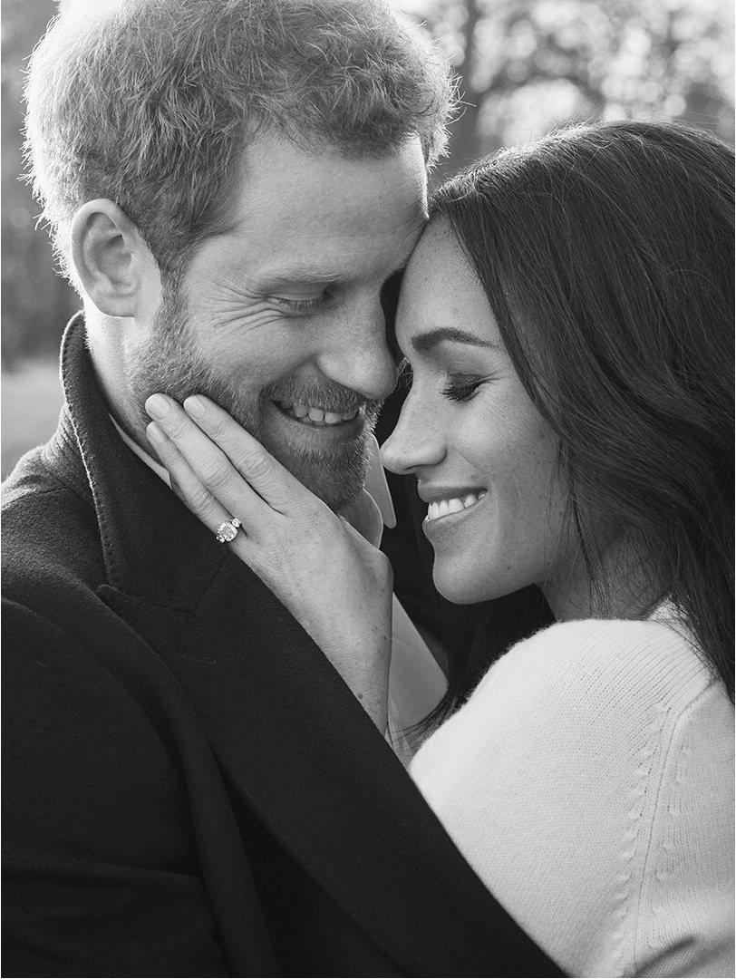 哈利王子與未婚妻梅根也拍了黑白訂婚照。圖/摘自肯辛頓宮官方推特