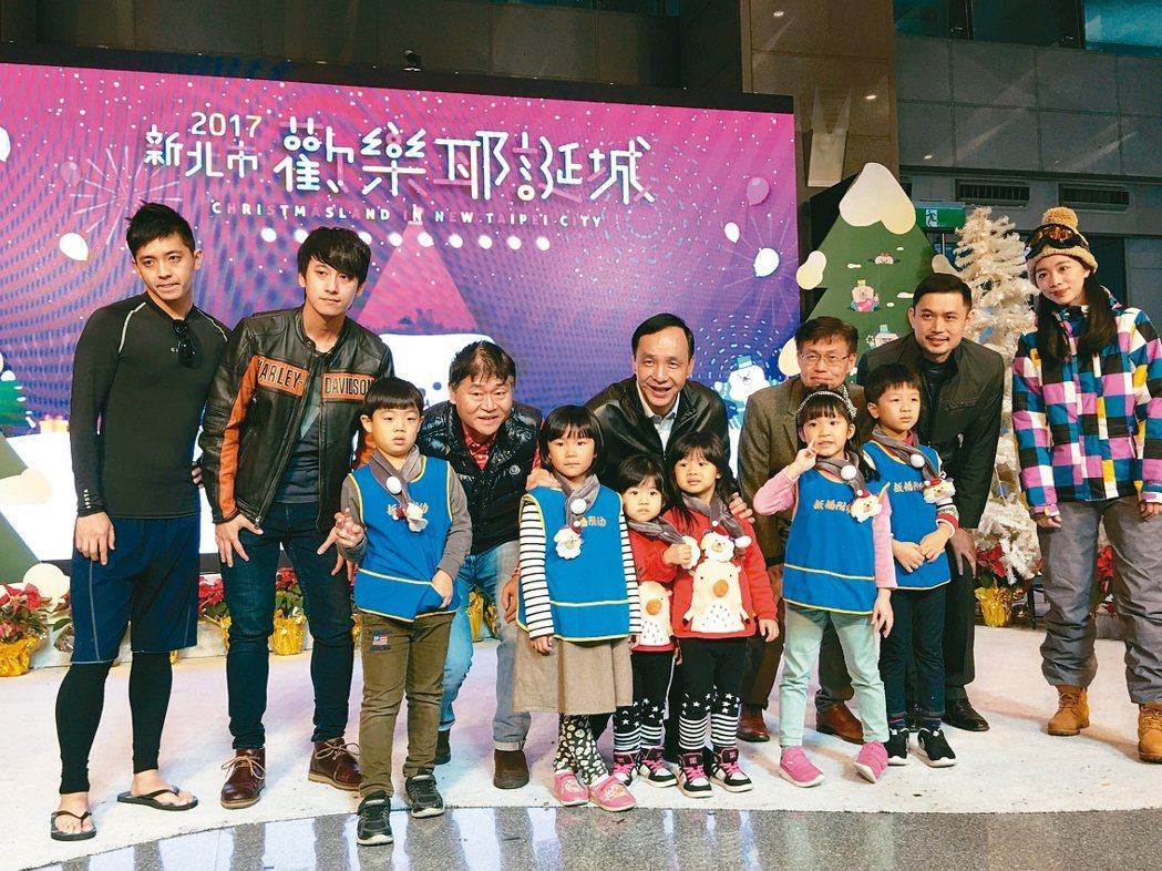新北市長朱立倫(中)與大小朋友一起在桑塔熊冰雪樂園拍照留念。 記者王敏旭/攝影