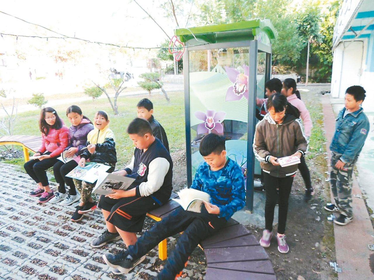 六龜寶來國小將公共電話亭改造為小圖書館,校園飄散濃濃書香。 記者徐白櫻/攝影