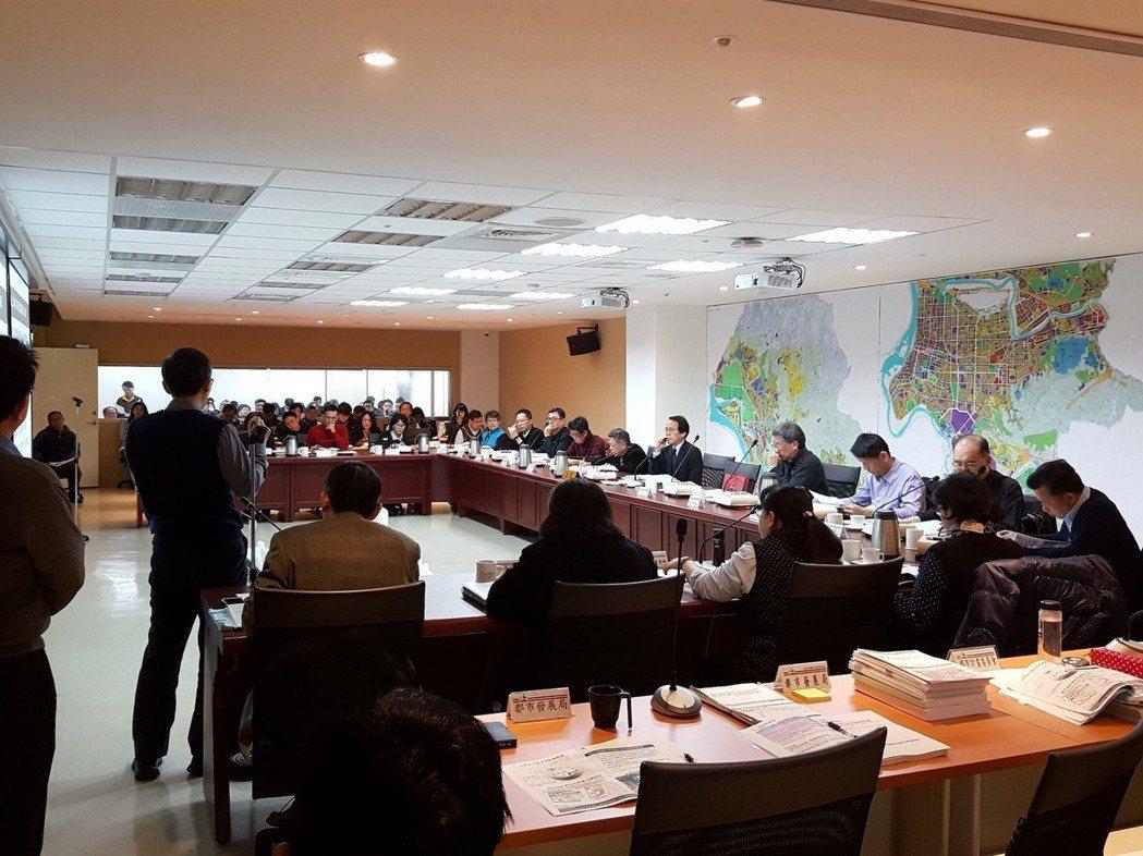 昨天北市都市計畫委員會上,京華城代表指出,民國99年京華城希望容積率可以變更,但...