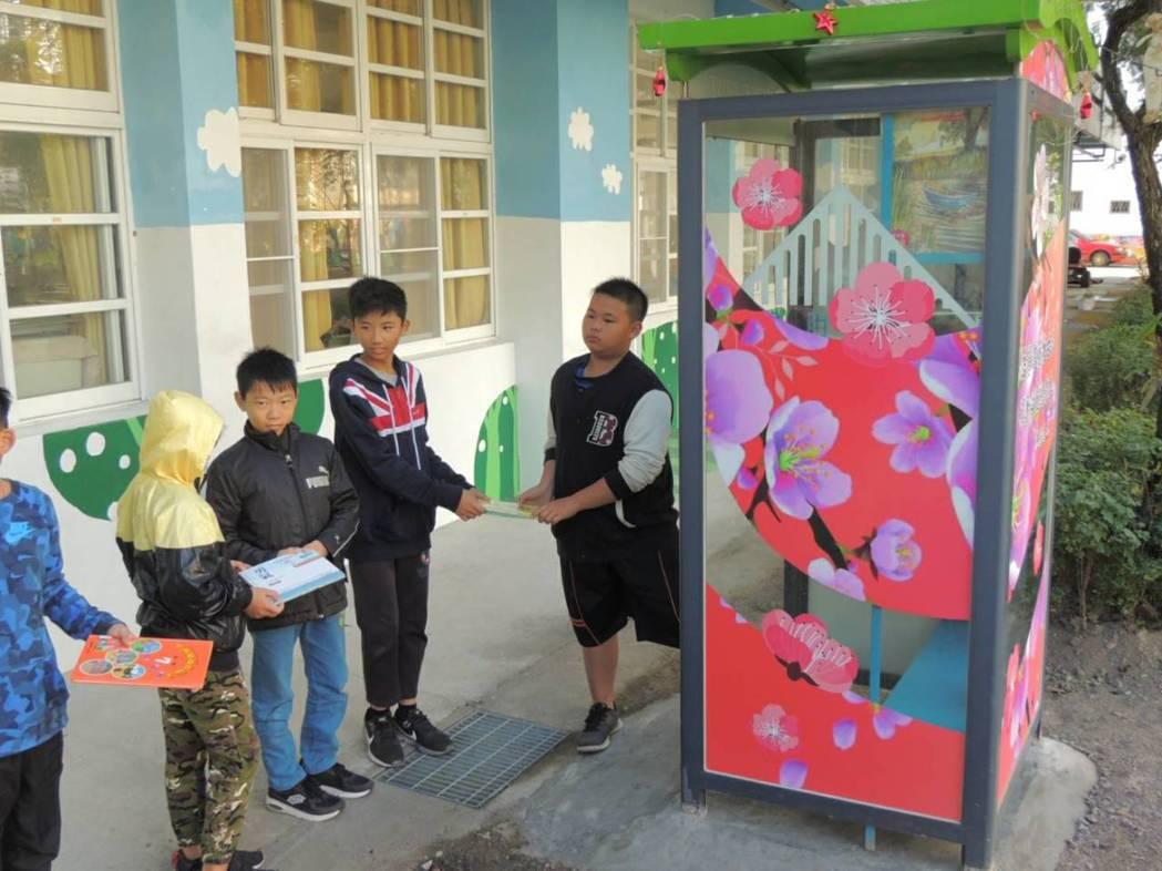 六龜寶來國小將公共電話亭改造成為小圖書館,讓廢棄物創造新價值! 記者徐白櫻/攝影