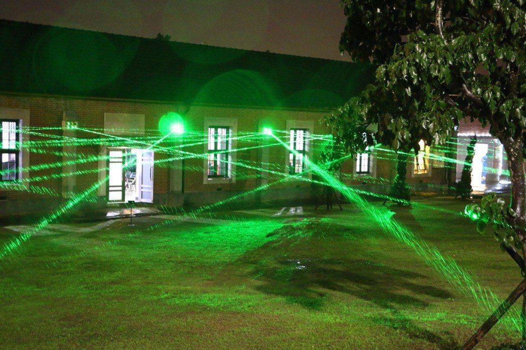海關碼頭除了光廊可以拍出網美照,藝術家莊志維在古蹟外圍布上綠色蜘蛛網,以綠色的雷...