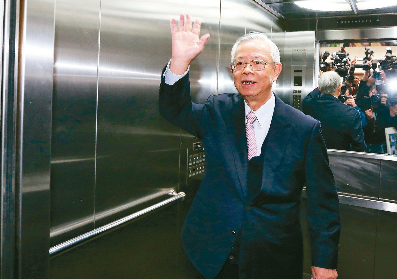 央行總裁彭淮南昨天主持任內最後一次理監事會議,表示跟央行同仁工作近五十年是平生最...