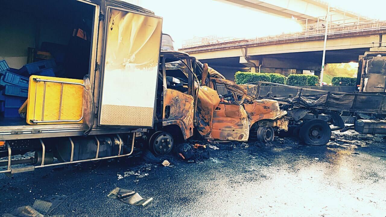 一部廂式冷凍車疑未注意前方塞車,撞上一輛休旅車尾,並造成6車連環追撞,休旅車不久...