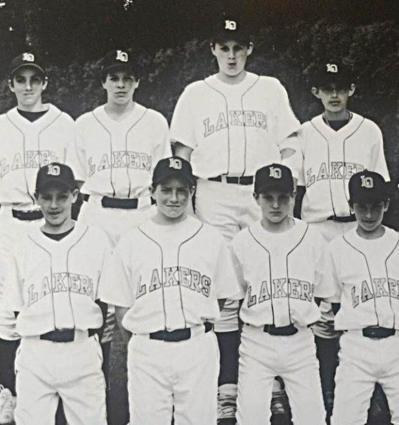 湯普森(前排左1)與勒夫(後排右2)在2001年入選家鄉加州的全明星籃球隊。 取...
