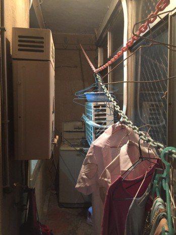發生一氧化碳中毒造成2人死亡的新竹市民宅,熱水器裝在密閉式陽台。記者郭宣彣/...