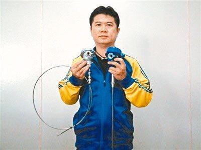 益承電機董事長陳志吉展示熱電偶及電阻式溫度感測器。 莊智強/攝影