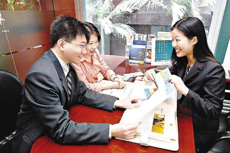 中國人壽副總經理蘇錦隆建議民眾養成每年至少一次保單健檢的好習慣。(示意圖) 聯合...