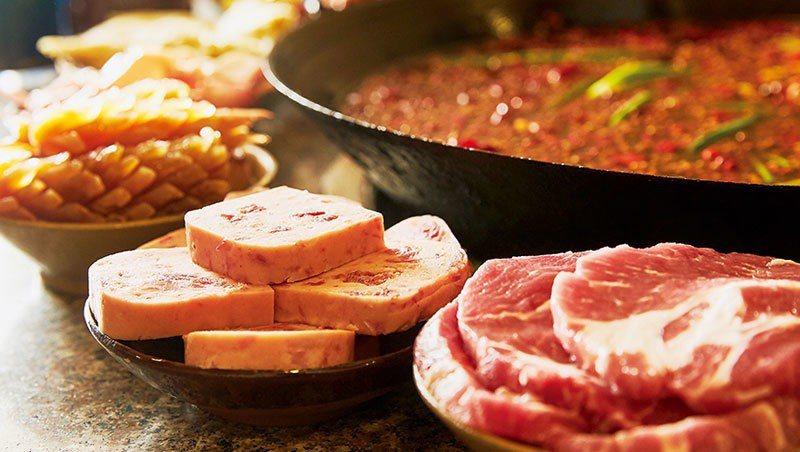 渝宗主打肉品,如選自榮昌豬的老肉片、午餐肉,厚度均是同業二倍。 商業周刊提供,石...