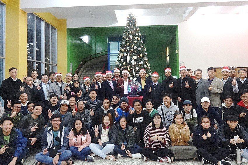 聖誕節將近,明新科大校友贊助於校園裡點亮高高聖誕樹,讓來自海外的國際生也能感受聖...