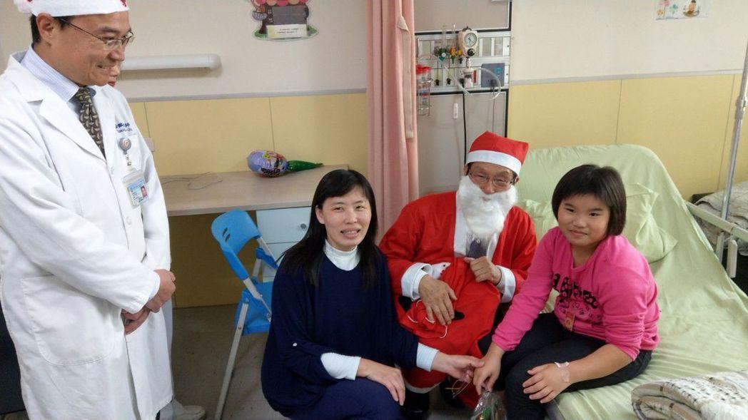 許正吉董事長扮成耶誕老公公送愛心餅乾給高醫病童。 帕莎蒂娜提供