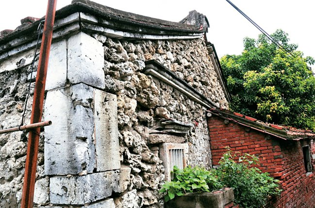 布袋鎮有92年歷史的蔡家祖厝,是罕見的咾咕石屋,但產權人感於老建築逐漸消失,捐祖...