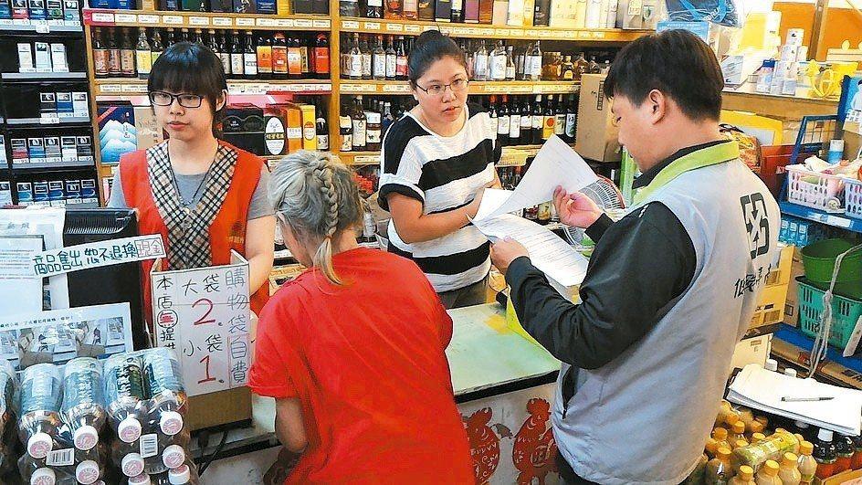 台北市環保局宣布明年1月1日起,轄內量販店、超級市場、便利商店不得販售購物用塑膠...
