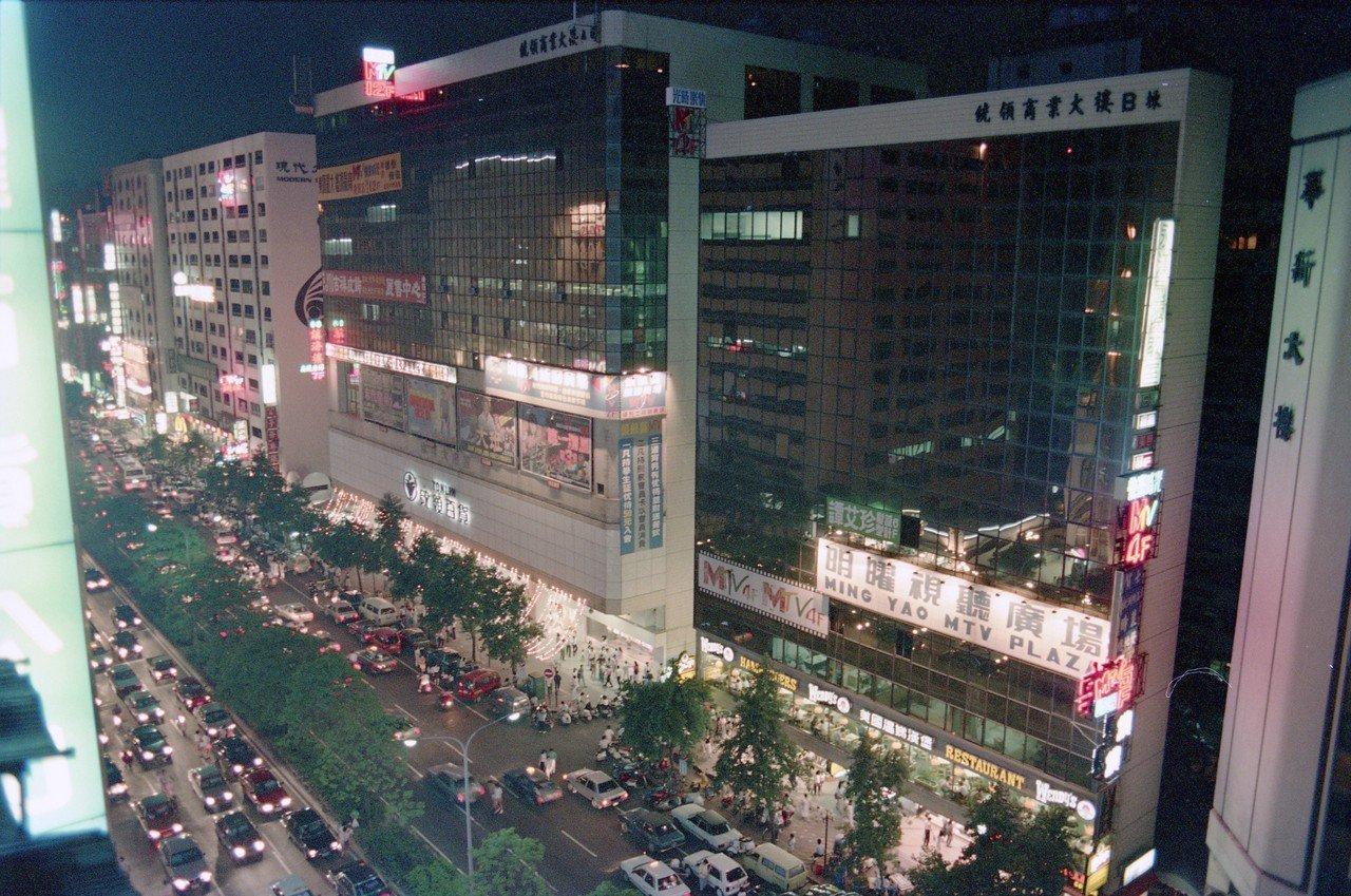 台北市今公布107年公告地價及土地現值,地政局說,經評定後公告地價跌6.12%。...